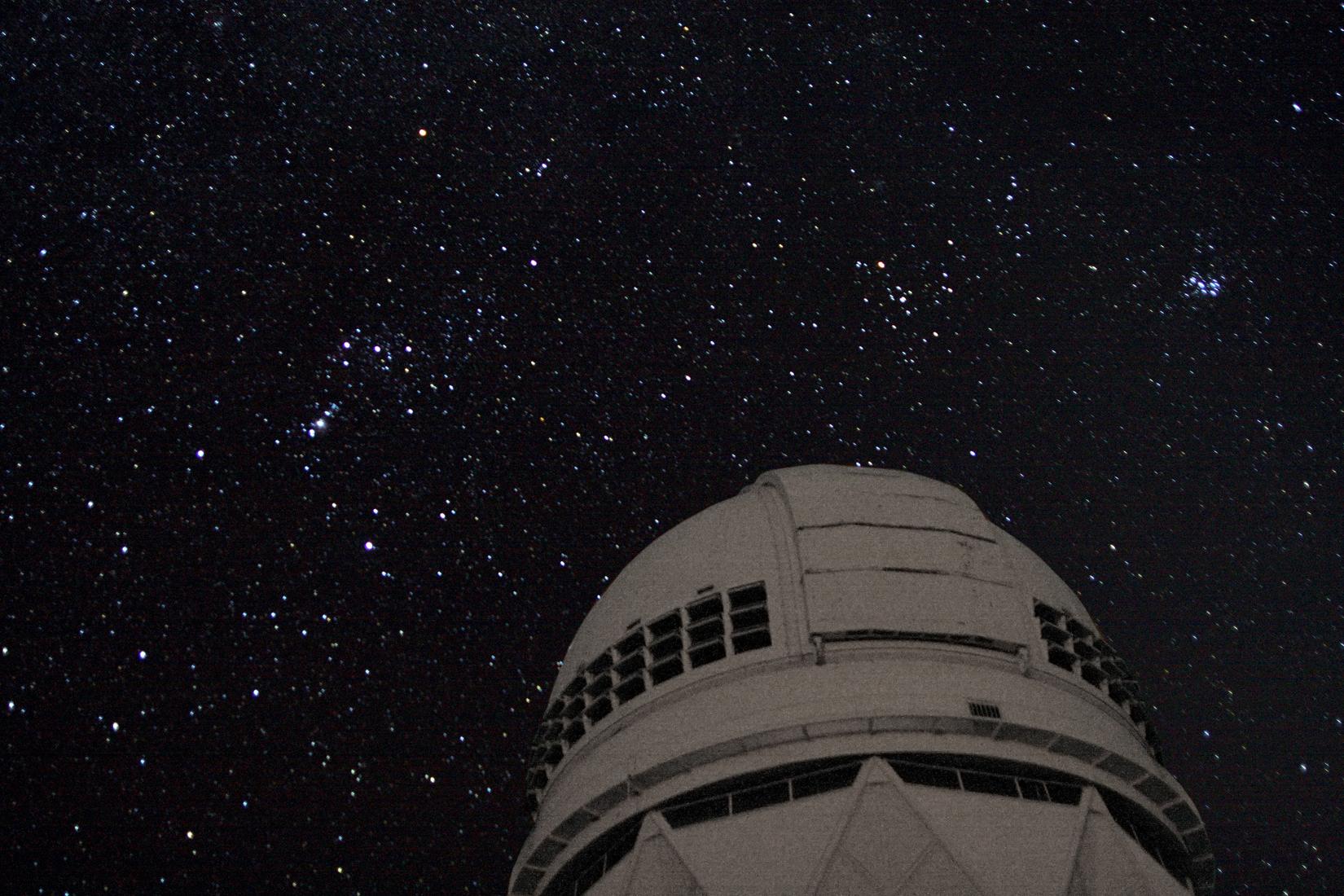 La constellation d'Orion vue au-dessus du télescope Mayall de 4 mètres sur Kitt Peak, dans le sud de l'Arizona.