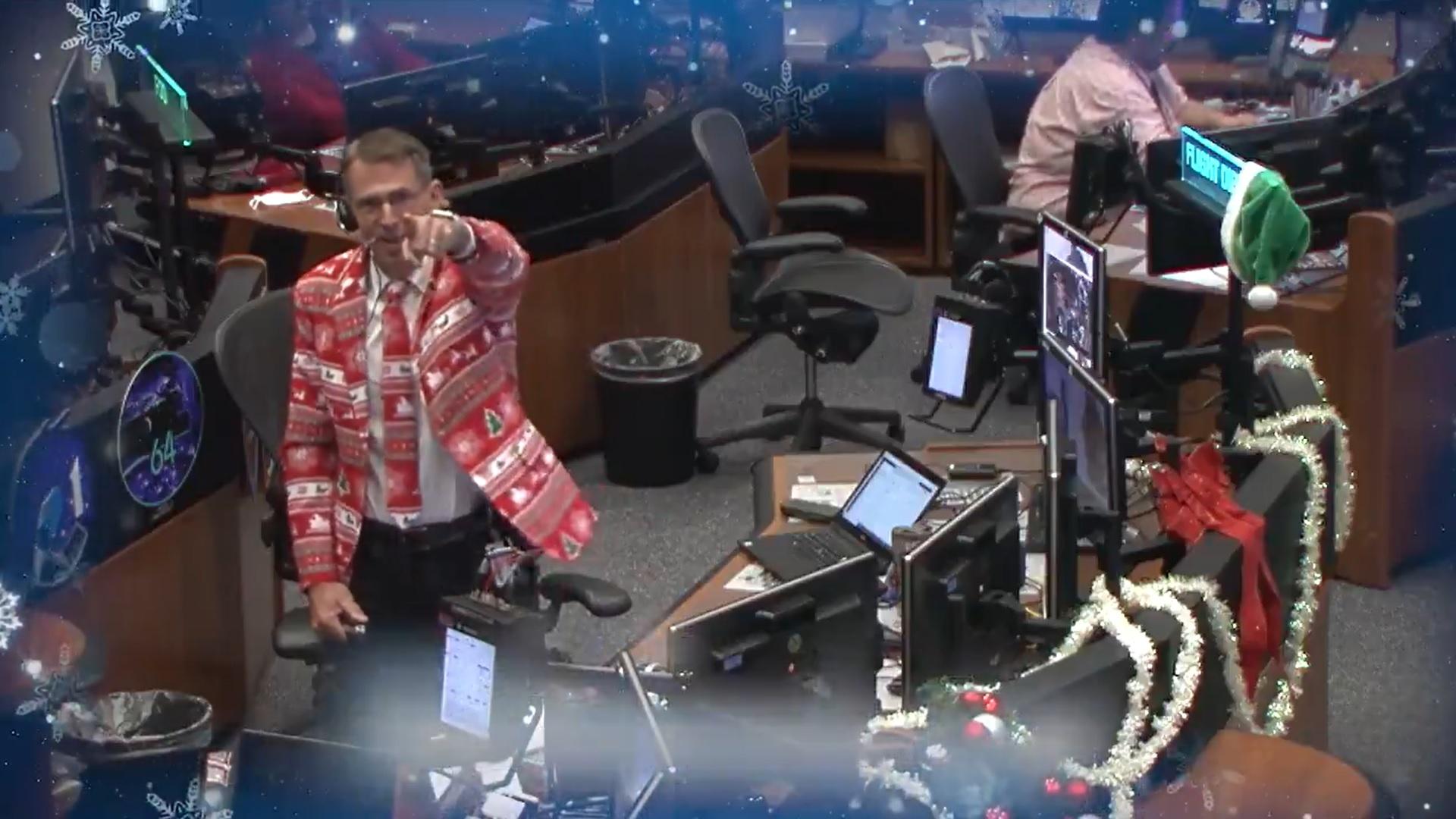 Cinq membres de l'équipage de l'Expédition 64 envoient un message de Noël à la Terre depuis la Station spatiale internationale pour célébrer les vacances de 2020.