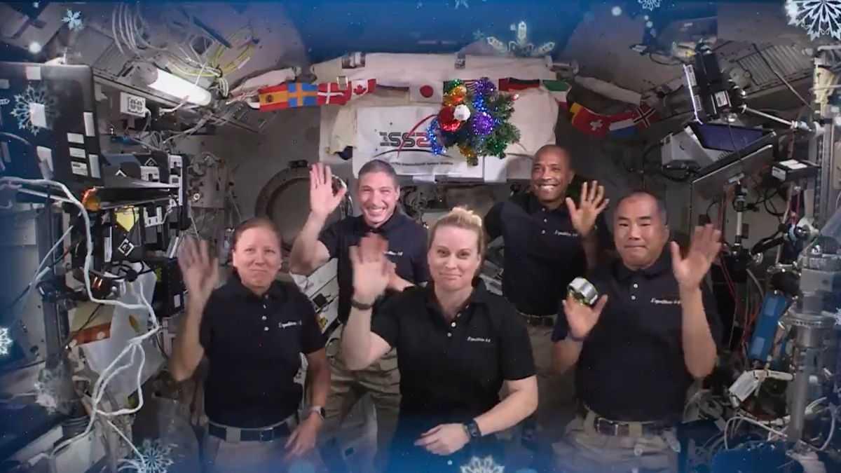 Les Astronautes De La Station Spatiale Internationale Envoient Leurs Acclamations