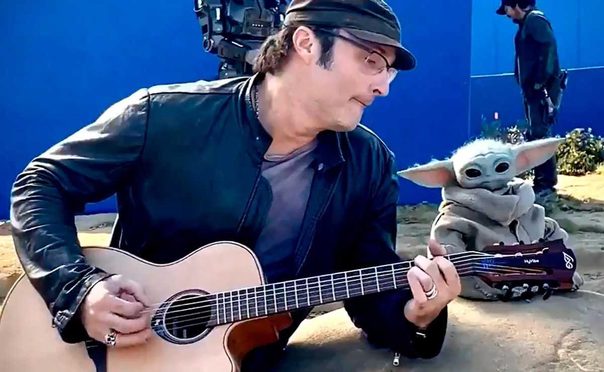 "Regarder ""L'enfant"" Baby Yoda Rocking avec Robert Rodriguez"