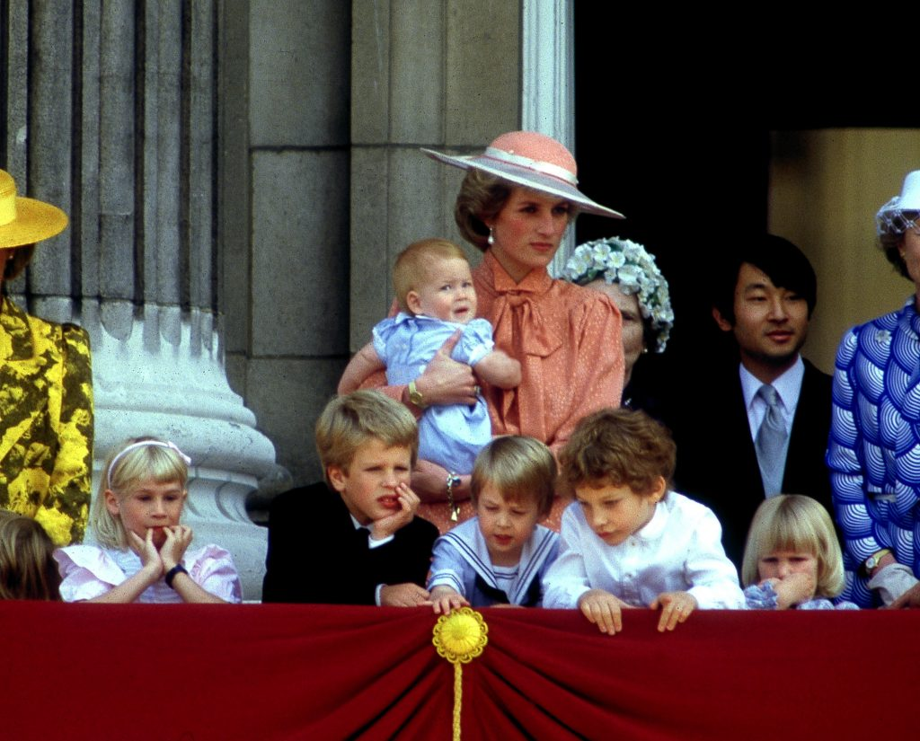 La princesse Diana tenant le prince Harry avec Lady Davina Windsor, Peter Phillips, le prince William, Lord Frederick Windsor et Lady Rose Windsor au premier plan