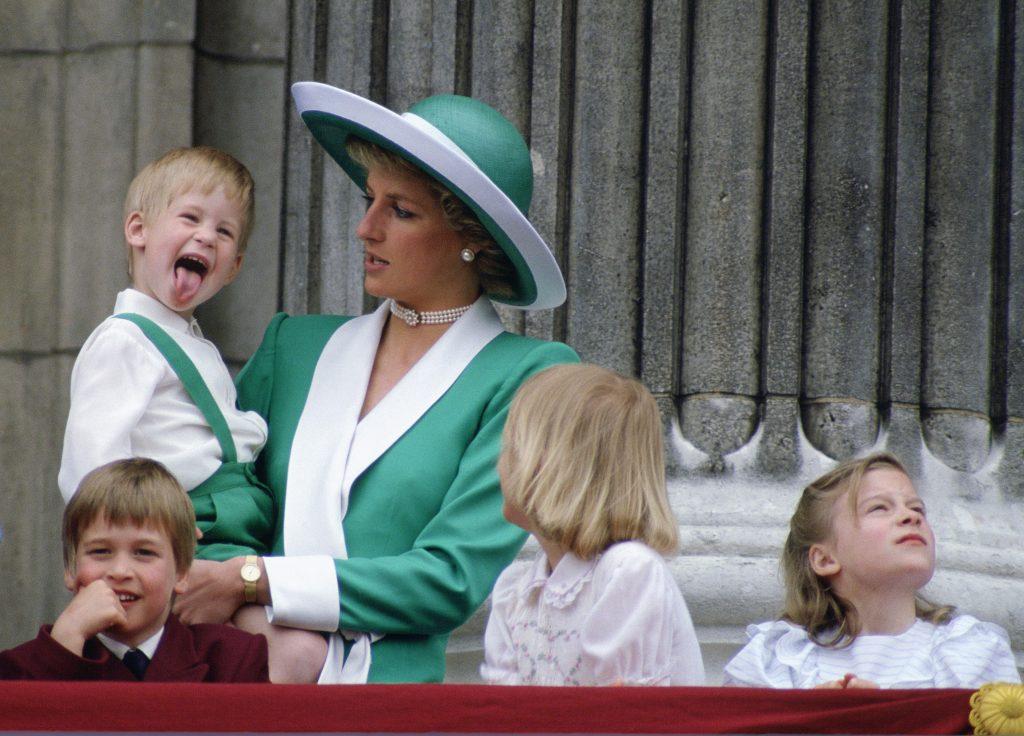 La princesse Diana tenant le prince Harry