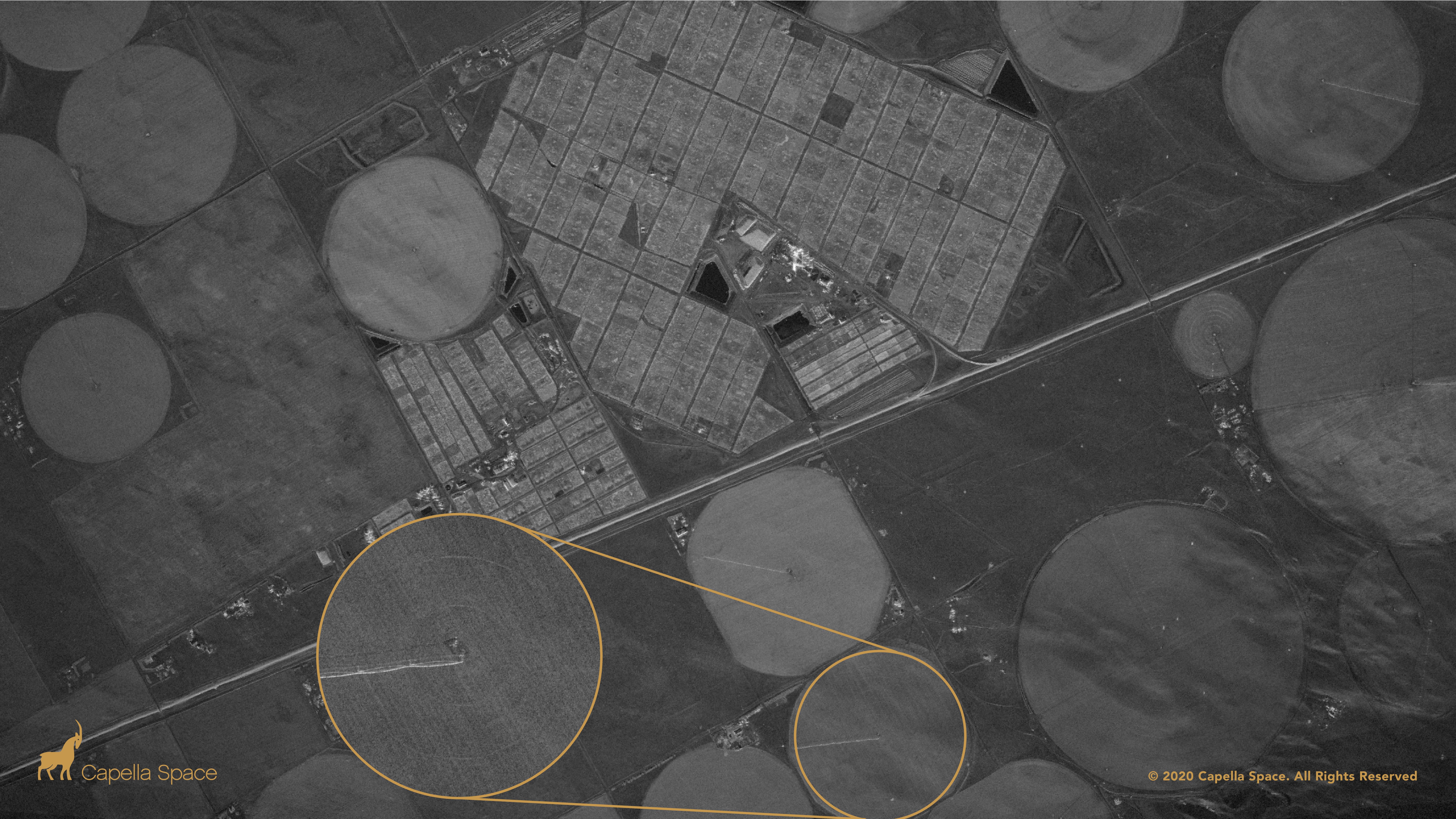 Sur cette image, vous pouvez voir les champs circulaires des zones agricoles du Colorado.  Différentes cultures reflètent différentes quantités de signal radar.  Un effet ondulé dans la partie inférieure droite de l'image indique la présence de petits changements dans la pente du sol.  Une vue agrandie d'un seul champ montre même la conduite d'eau et les unités d'entraînement d'un système d'irrigation à pivot central.