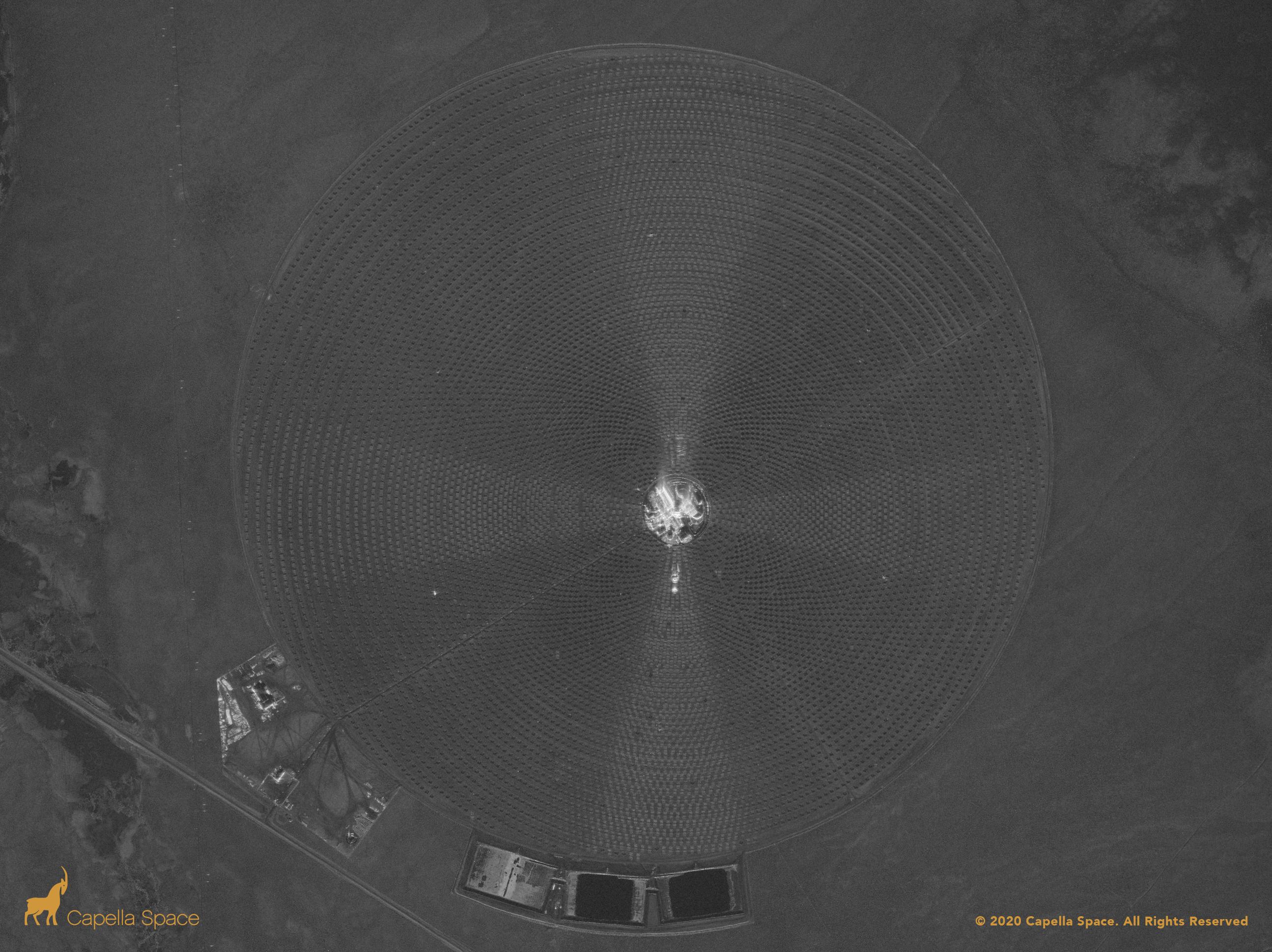 Sur cette image, vous pouvez voir le projet d'énergie solaire Crescent Dunes près de Tonopah, Nevada.  Le réseau circulaire de miroirs de 2 miles carrés est capturé par les données SAR, incliné vers une tour centrale de sel fondu et des réservoirs d'énergie de stockage thermique.  À la périphérie, vous pouvez voir l'autoroute 89 et les changements d'altitude du parc de véhicules tout-terrain Tonopah Dunes.
