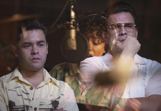 Gabriel Chavarria comme AB Quintanilla aux côtés de Ricardo Chavira comme AbrahamQuintanilla dans un épisode de «Selena, la série».  Photo: Netflix
