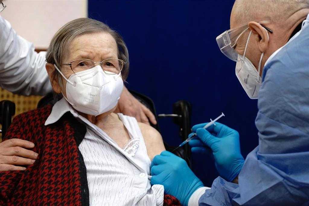 Personnes âgées Et Agents De Santé Dans Les «tranchées», Premiers