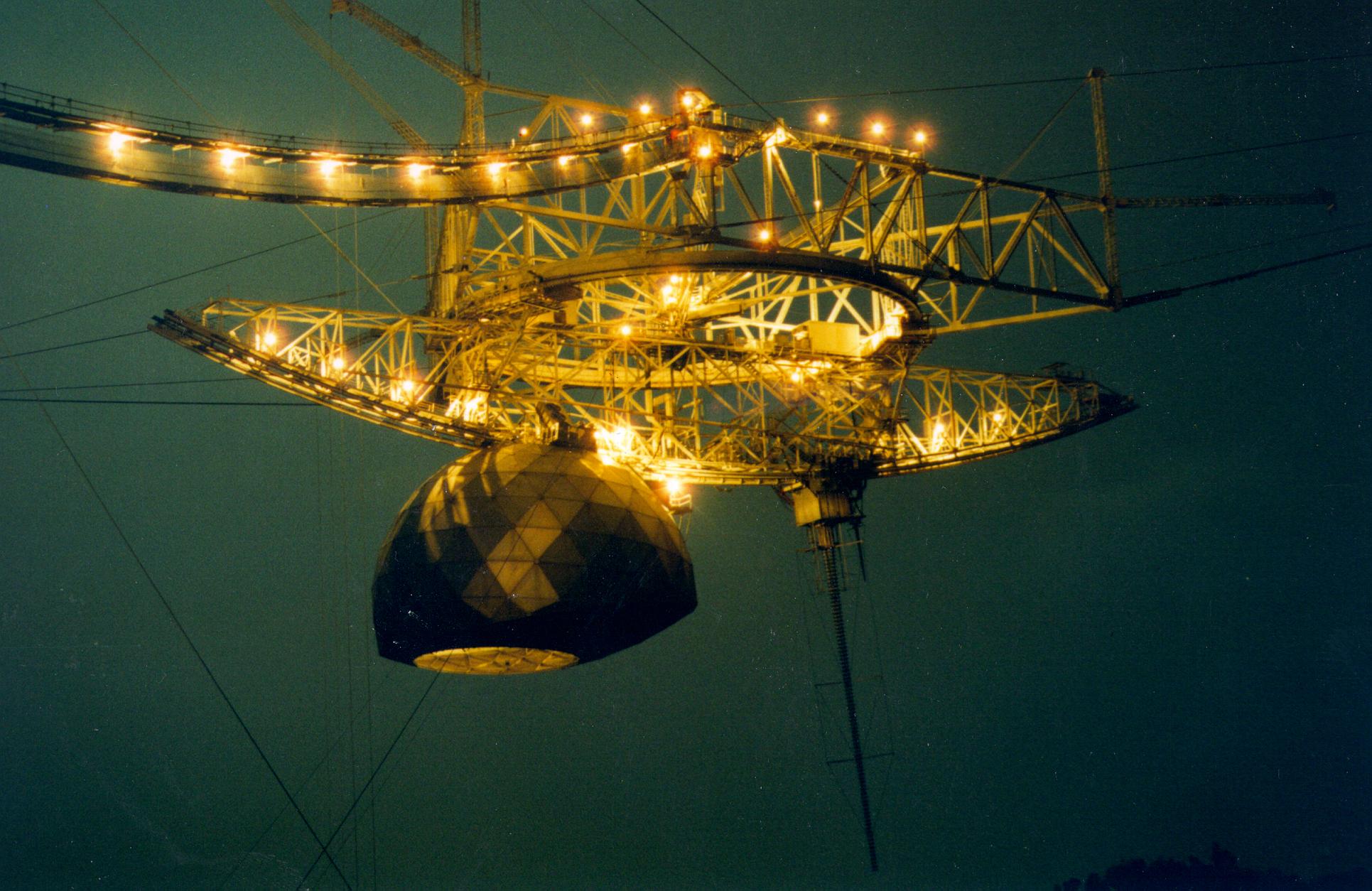 La plate-forme scientifique du radiotélescope de l'Observatoire d'Arecibo est éclairée la nuit.