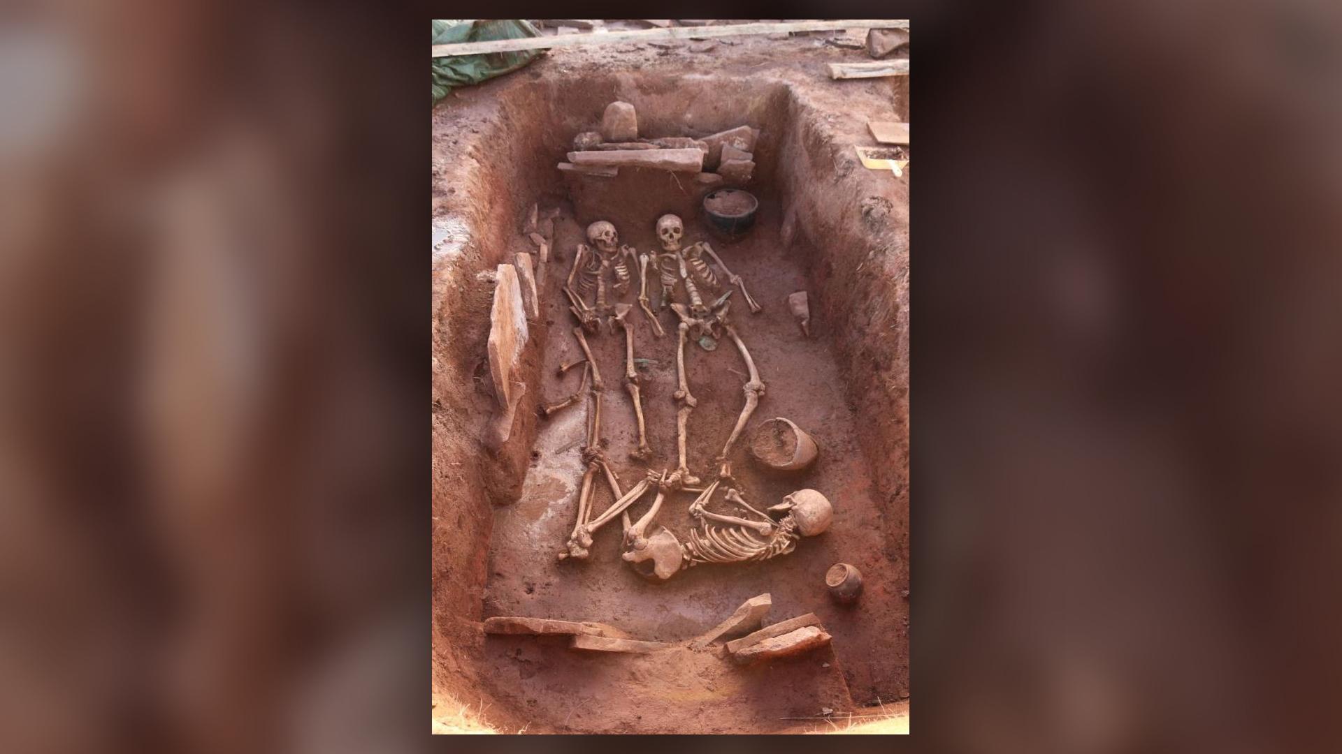 Un homme, deux femmes et un enfant ont été enterrés dans cette tombe il y a environ 2500 ans dans ce qui est aujourd'hui la Sibérie.