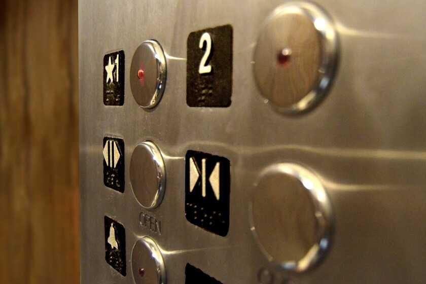 Les boutons de fermeture des portes d'ascenseur sont (parfois) faux: leur seule fonction est de vous faire croire que vous êtes aux commandes