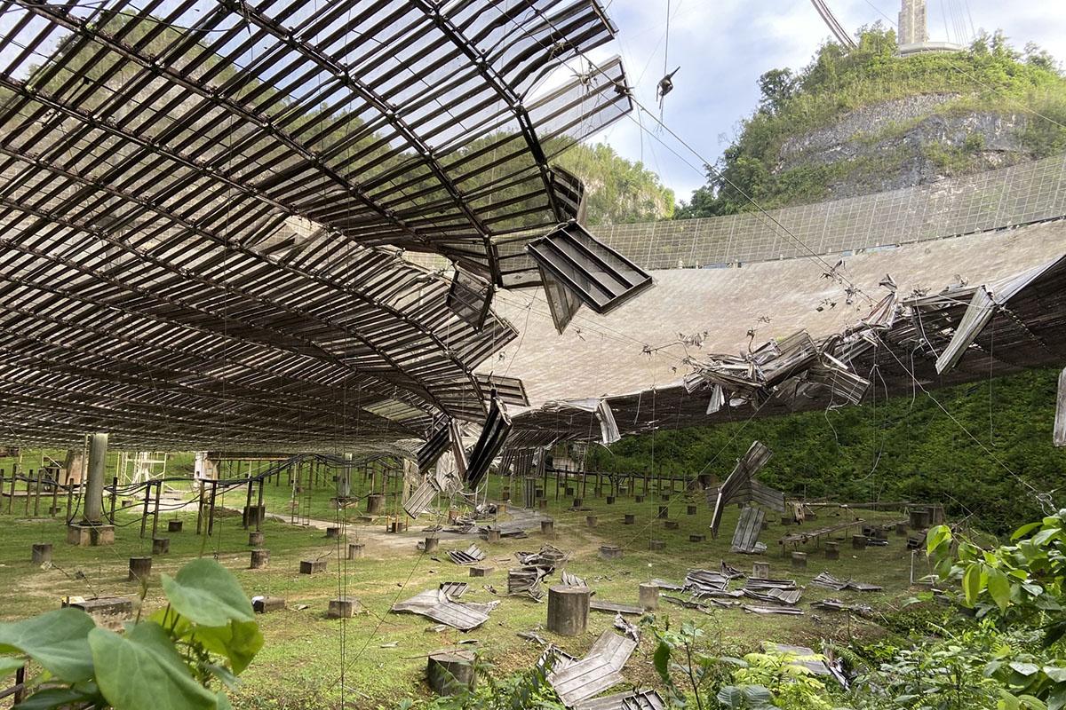 Le plat de collecte principal de l'Observatoire d'Arecibo, qui compte parmi les plus grands radiotélescopes à une seule parabole au monde, a été gravement endommagé lorsqu'un câble s'est cassé le lundi 10 août.
