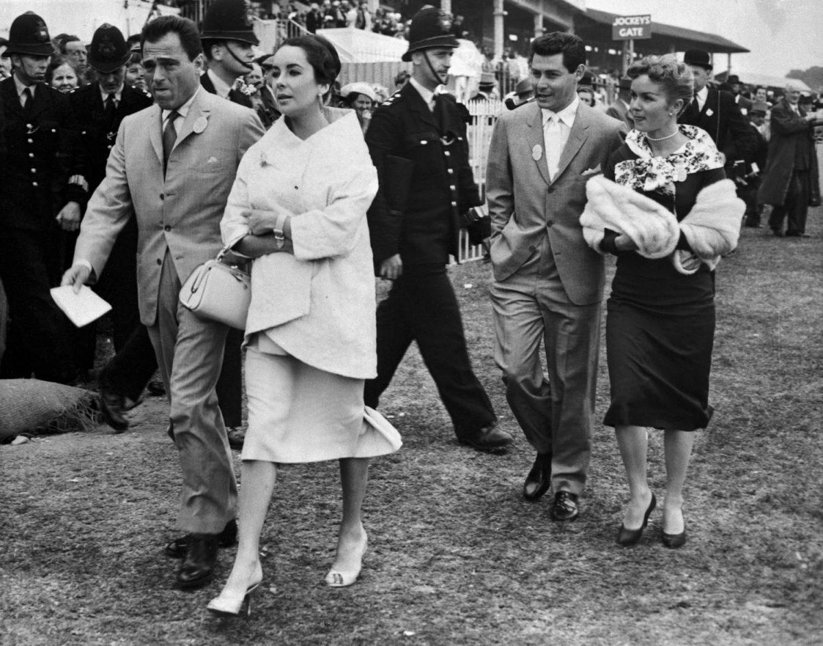 L'actrice Elizabeth Taylor, qui a failli mourir d'une pneumonie il y a moins d'un an, a été hospitalisée fin le 2/17 pour une hémorragie de la gorge, selon des informations non confirmées.  Sur cette photo du 5 juin 1957, Mlle Taylor est représentée avec son défunt mari, Mike Todd (à gauche) alors qu'ils assistaient à la tenue du Derby anglais à Epsom.  Ils sont suivis par le chanteur Eddie Fisher et sa femme Debbie Reynolds.