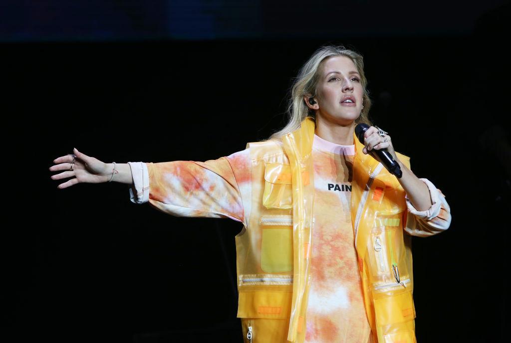 Ellie Goulding interprète des chansons