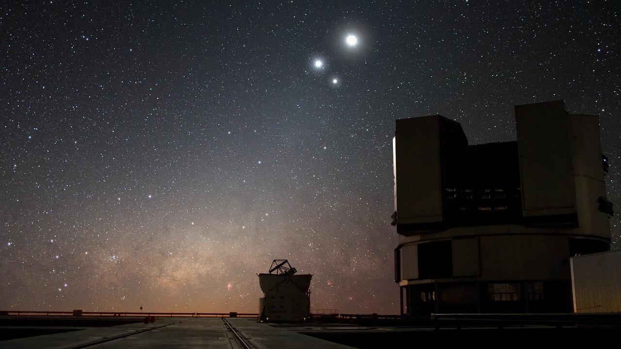 Une image montre une partie du très grand télescope, exploité par l'Observatoire européen austral dans le désert d'Atacama au Chili.  Le télescope a joué un rôle déterminant dans l'observation de l'événement de spaghettification.