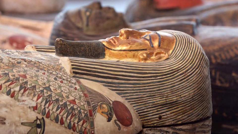 Un gros plan montrant l'un des cercueils remplis de momie.  Les couleurs sont remarquablement bien conservées malgré le passage de plus de 2000 ans.