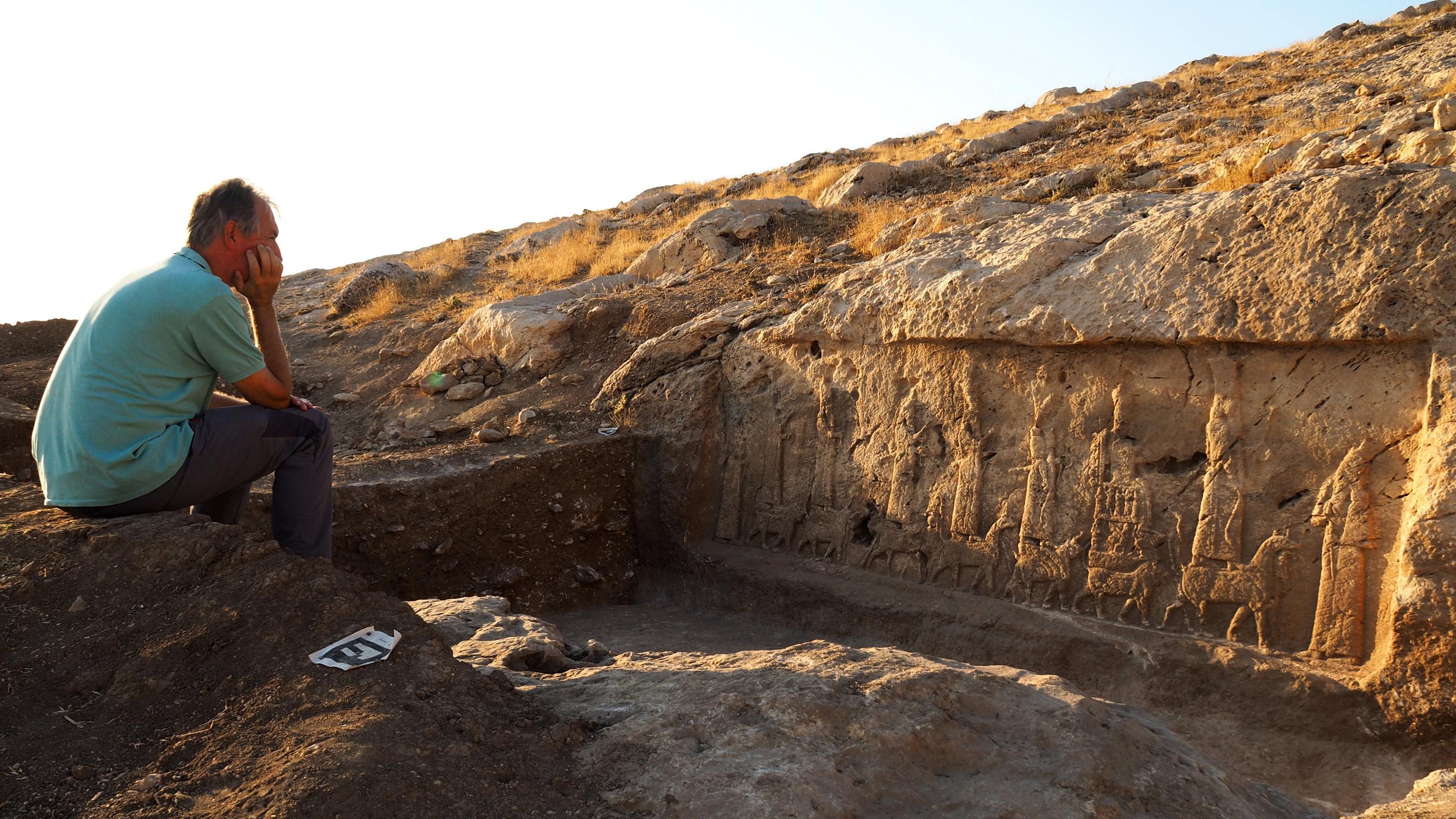 Le chef des fouilles, l'archéologue Daniele Morandi Bonacossi, et l'un des panneaux de sculptures assyriennes mis au jour dans la région du nord du Kurdistan irakien.
