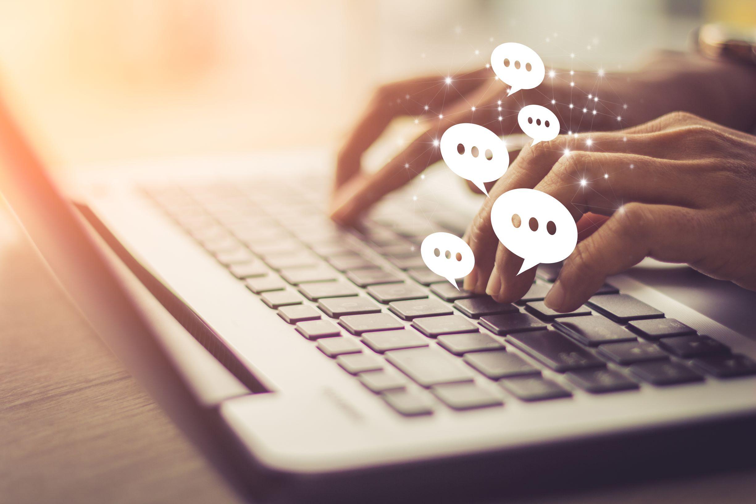 Une personne tapant sur un ordinateur portable, illustrant l'utilisation des médias sociaux.