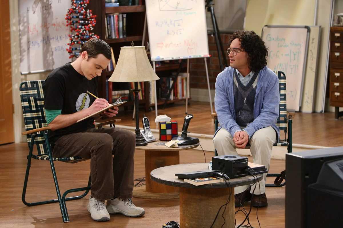 Sheldon Cooper et Leonard Hofstadter sont assis dans leur appartement dans un épisode de `` The Big Bang Theory ''