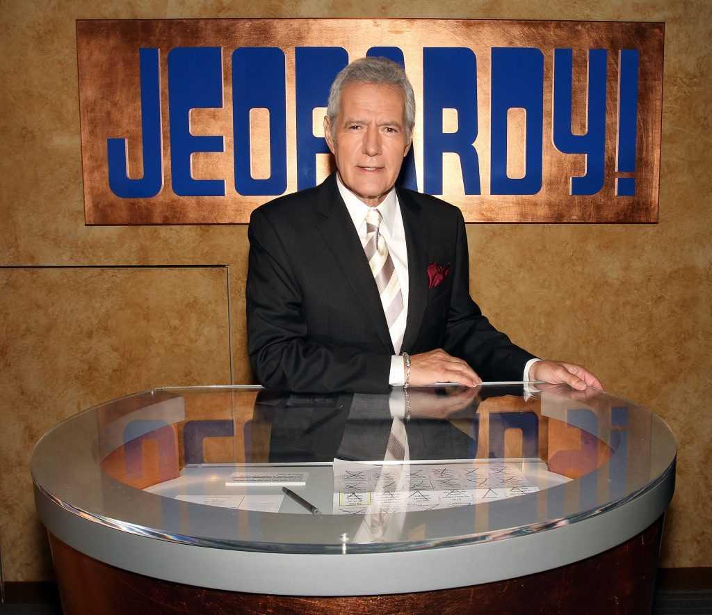 Alex Trebek pose sur le plateau de Sony Pictures pour la 28e saison Premiere 'Jeopardy!'  le 20 septembre 2011