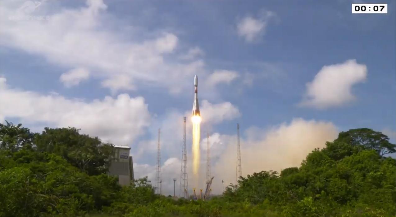 Une fusée Soyouz transportant le satellite d'espionnage militaire français CSO-2 est lancée depuis le Centre spatial guyanais de Kourou, en Guyane française, le 29 décembre 2020 lors du dernier vol Arianespace de 2020.