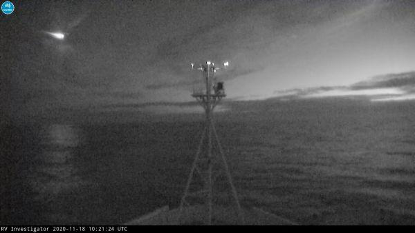 Le 18 novembre 2020, un météore vert vif a traversé le ciel nocturne près du navire de recherche Investigator du CSIRO, qui est actuellement stationné dans la mer de Tasman, au large de la côte sud de la Tasmanie, en Australie.