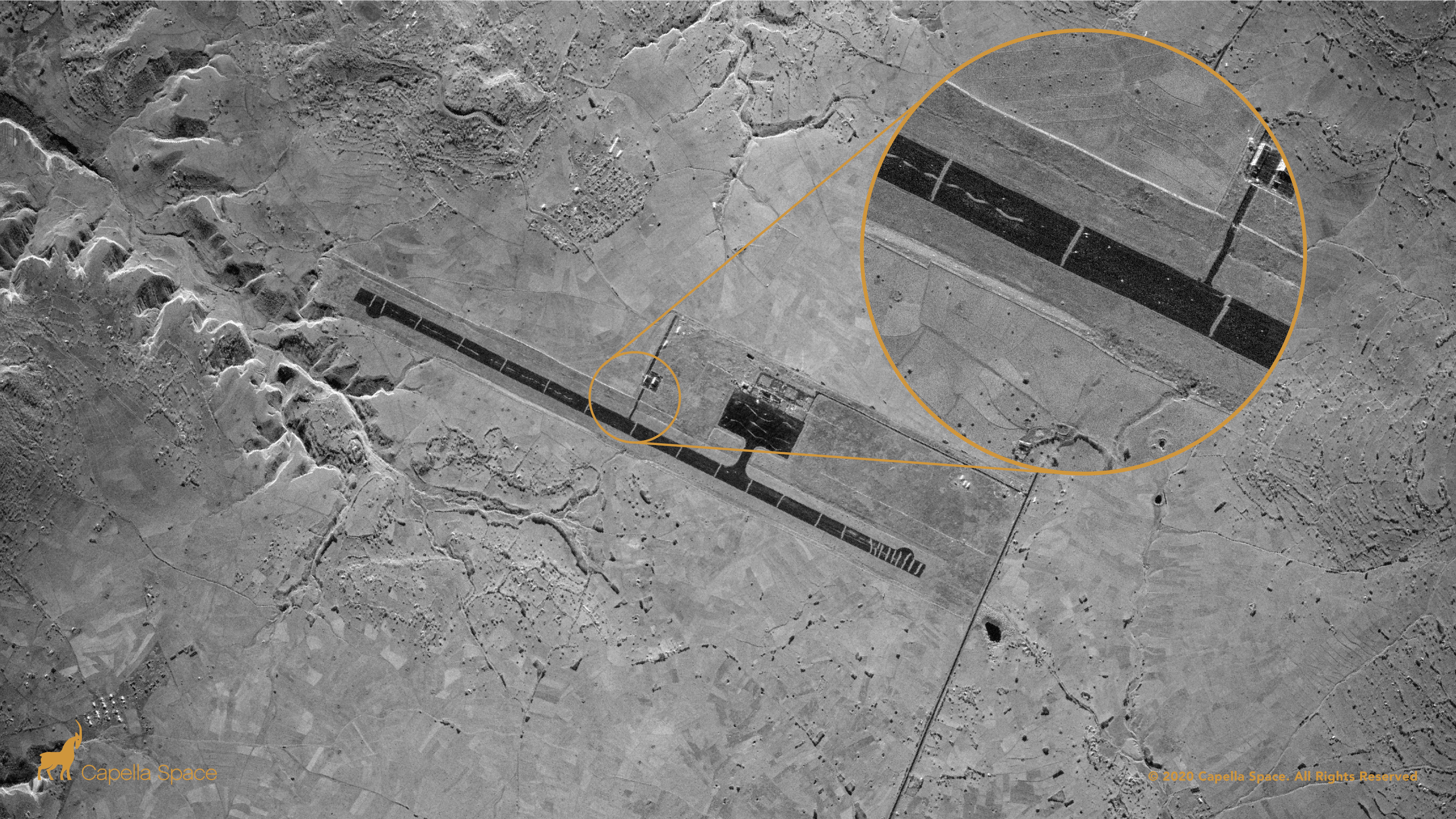 Cette image SAR de l'aéroport d'Axum montre 23 tranchées creusées perpendiculairement sur la piste pour empêcher son utilisation pendant le conflit éthiopien du Tigray.  Une vue agrandie affiche les tranchées individuelles en contraste avec le tarmac sombre ainsi que les débris encombrant la surface de la piste.  L'aéroport a été repris par les forces gouvernementales éthiopiennes du Front de libération du peuple de Tigray, qui ont été accusées d'avoir saboté l'aérodrome avant de perdre le contrôle des forces fédérales.