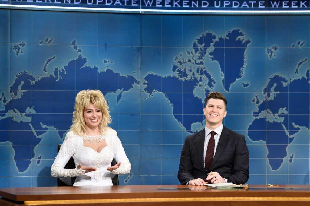 Melissa Villasenor, membre de la distribution SNL, joue Dolly Parton lors de la mise à jour du week-end
