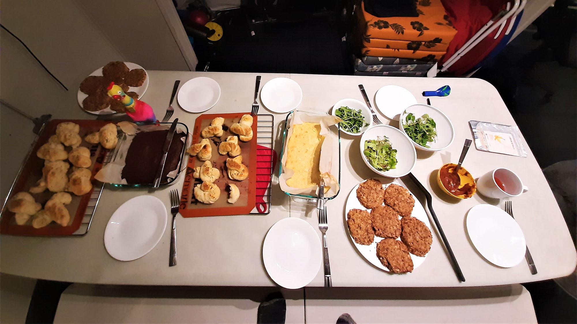 Le dernier dîner que l'équipage du Sensoria M3 a organisé en mission comprenait des salades fraîches, des galettes de haricots, du quinoa et des légumes, du pain de maïs, des nœuds à l'ail, de la sauce au curry et des brownies sans gluten gardés par le jouet