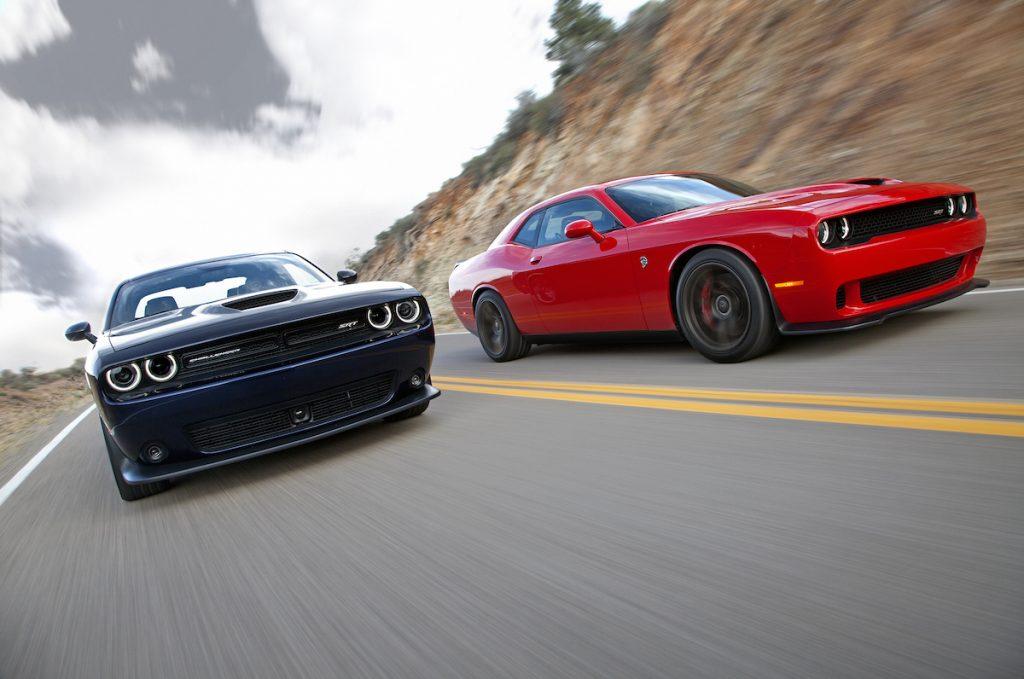 'Cobra Kai' utilise de nombreuses voitures dans ses épisodes, y compris des Dodge Challengers similaires à ceux illustrés