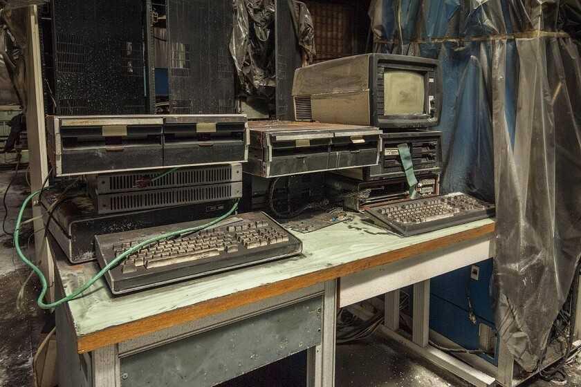"""Des centaines d'ordinateurs et autres technologies soviétiques s'accumulent dans un bâtiment abandonné: c'est un véritable """"musée"""" pour les curieux"""