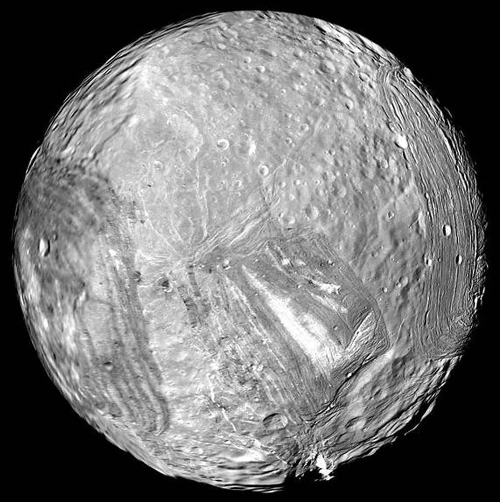 Miranda, la lune glacée d'Uranus, est vue sur cette image capturée par Voyager 2 le 24 janvier 1986.
