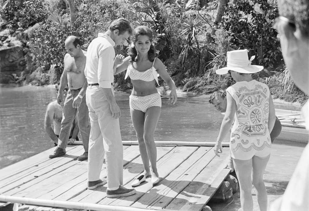 Dawn Wells, au centre, sur le tournage de «Gilligan's Island», 1966. Wells est décédé le 30 décembre 2020 des complications de Covid-19.