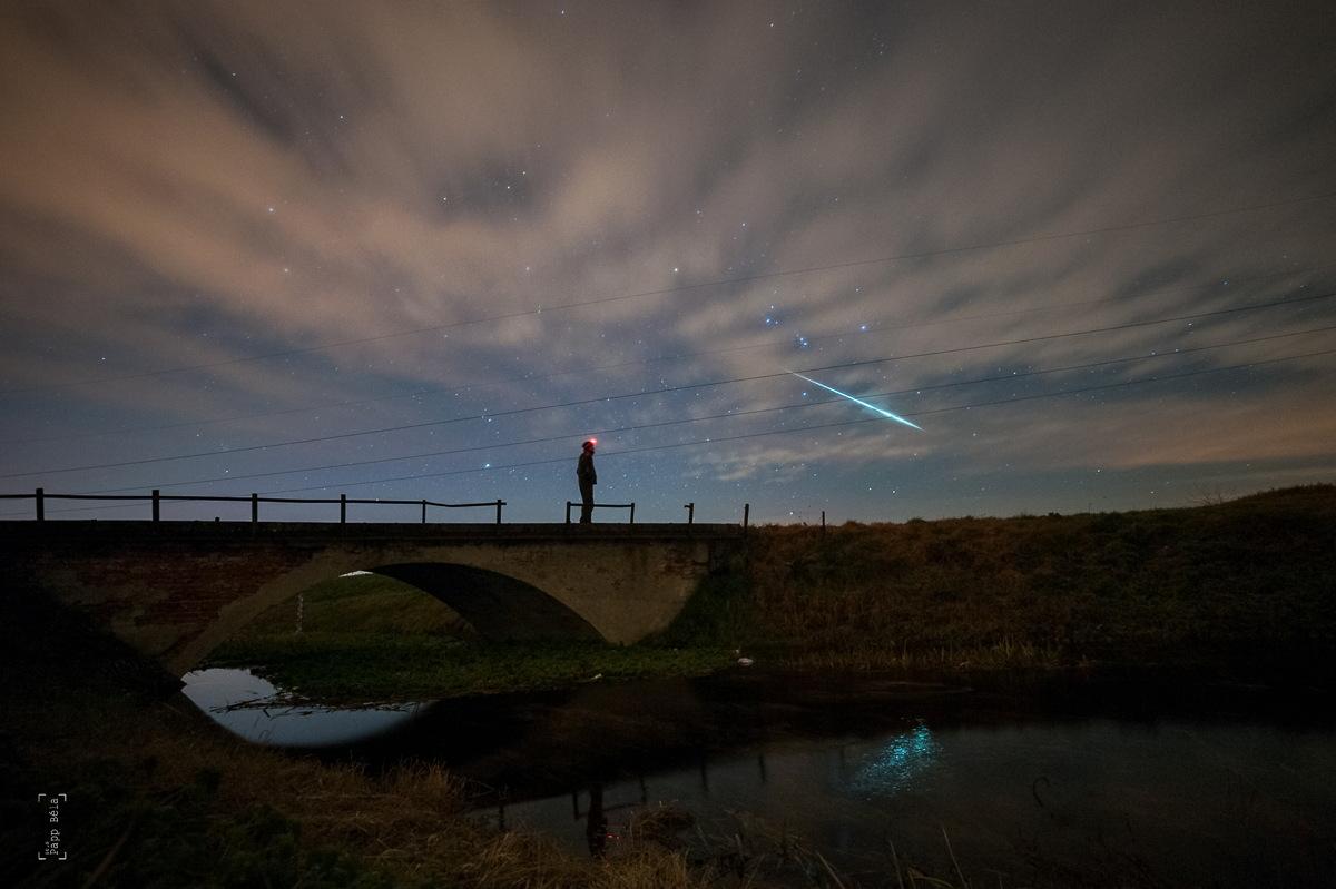 L'astrophotographe Béla Papp essayait de prendre une photo de lui-même avant que les nuages n'obscurcissent le ciel, et a également réussi à capturer un météore géminide.  Image prise en Hongrie le 11 décembre 2014.