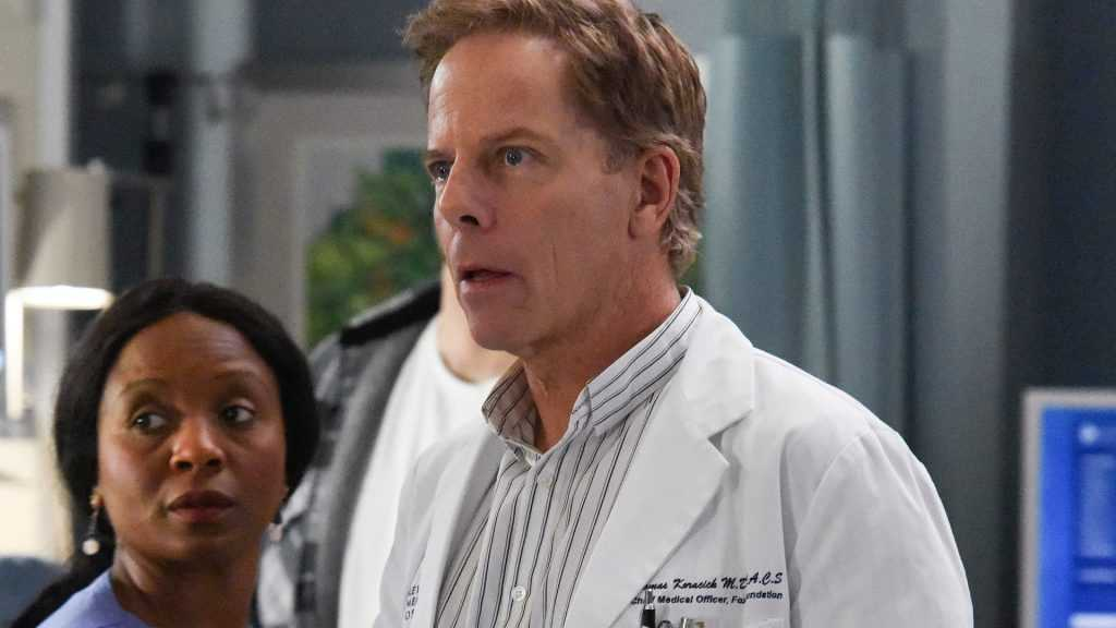 Greg Germann comme Tom Koracick sur `` Grey's Anatomy '' en 2020