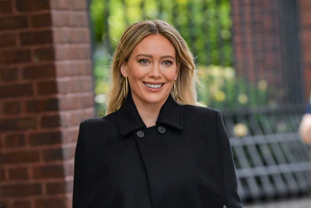 Hilary Duff vue sur le tournage de `` Younger '' à Midtown le 11 novembre 2020 à New York.