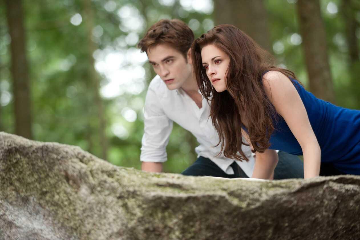 Edward Cullen (ROBERT PATTINSON) and Bella Swan (KRISTEN STEWART) in
