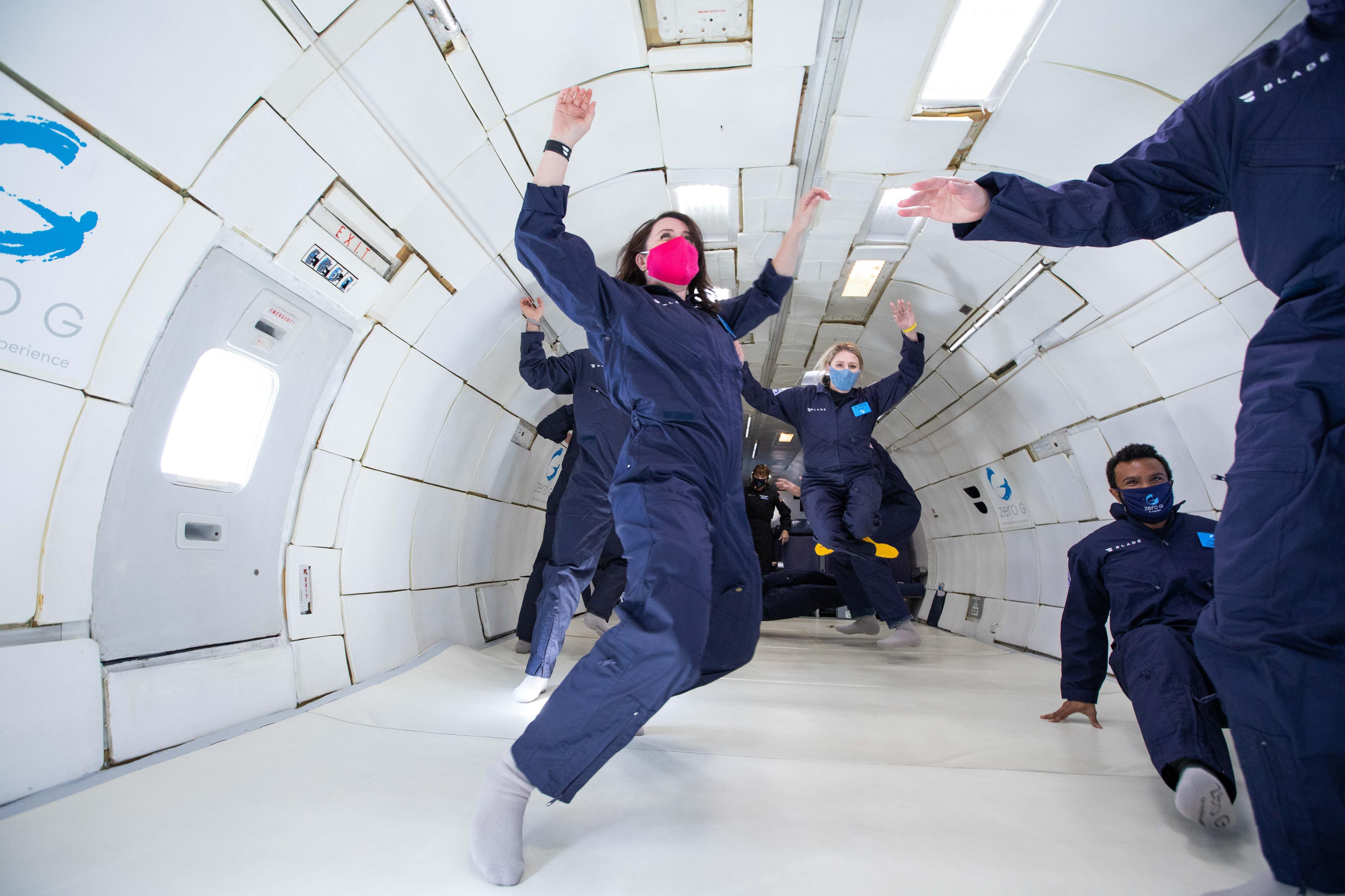 Chelsea Gohd de Space.com flotte en gravité lunaire sur cette photo d'un vol Zero-G qui simule la gravité lunaire, martienne et zéro.
