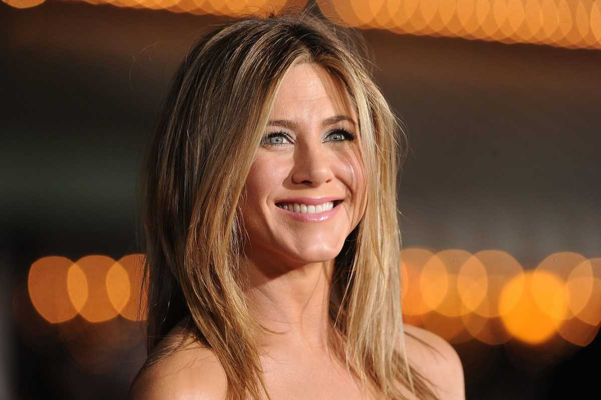 Jennifer Aniston arrives at the premiere of Universal Pictures