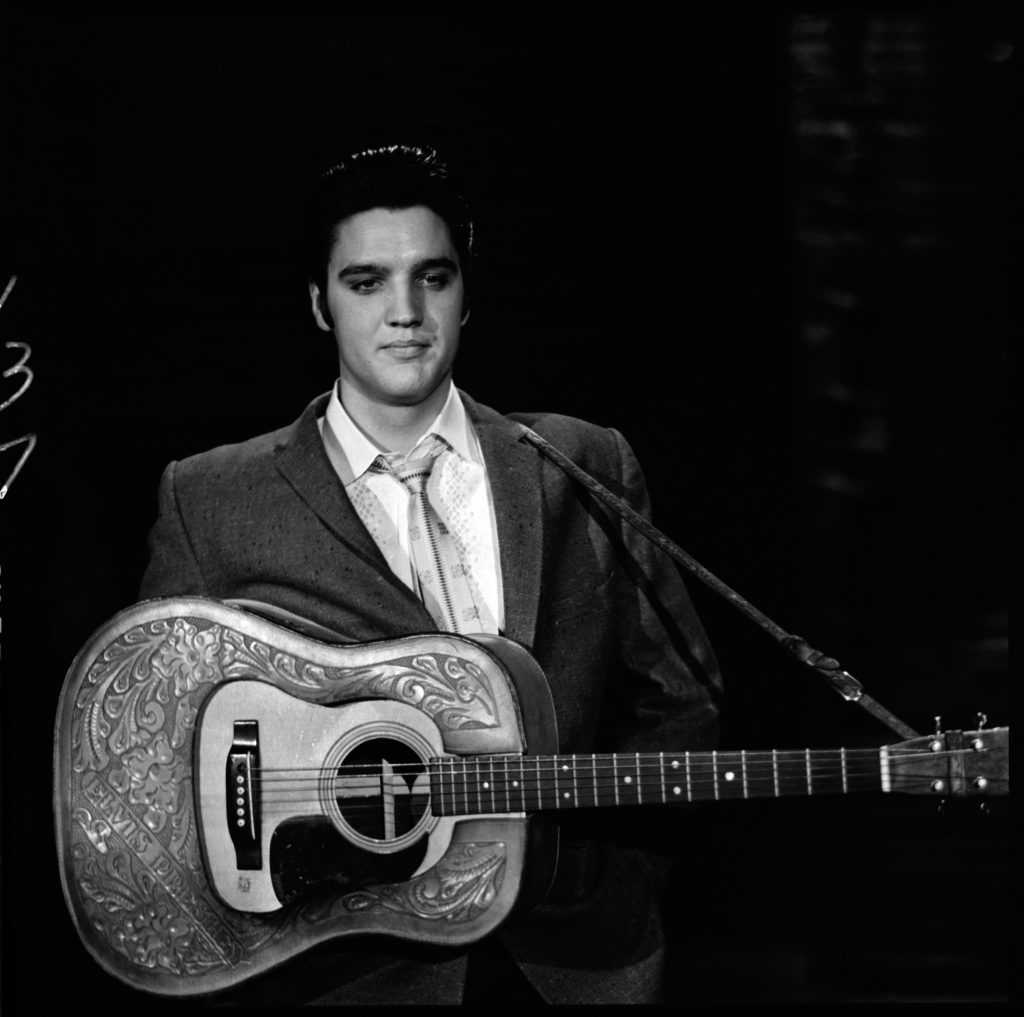 Elvis Presley avec une guitare