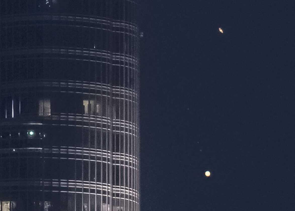 Jupiter Et Saturne Descendent Sur Le Plus Haut Bâtiment Du