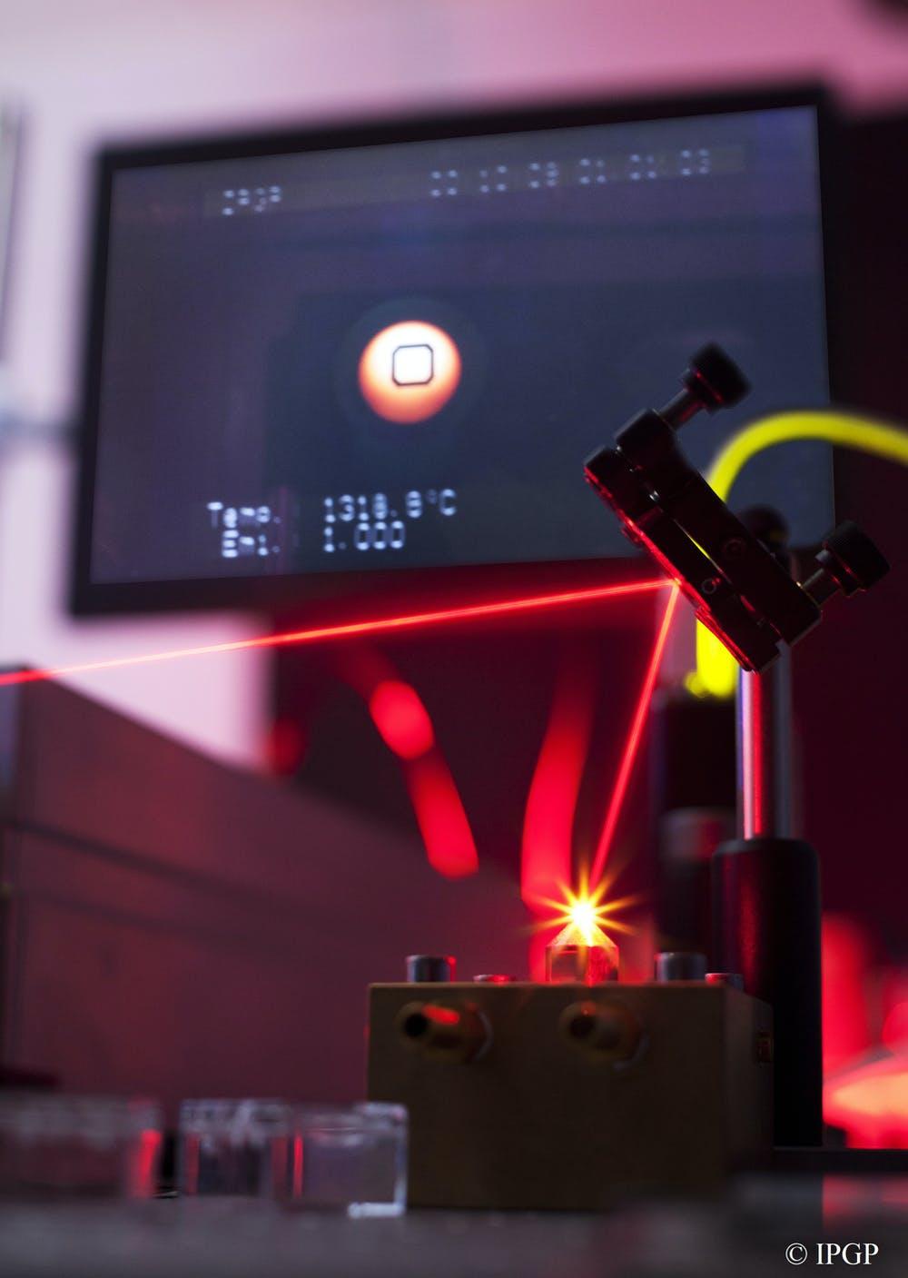 Dans les expériences, nous avons fait léviter un océan de magma miniature sur un flux de gaz, maintenu en fusion par la chaleur d'un laser puissant.  Cela nous a permis de calibrer la réaction chimique entre le fer et l'oxygène dans le magma et de la relier à la composition de l'atmosphère.