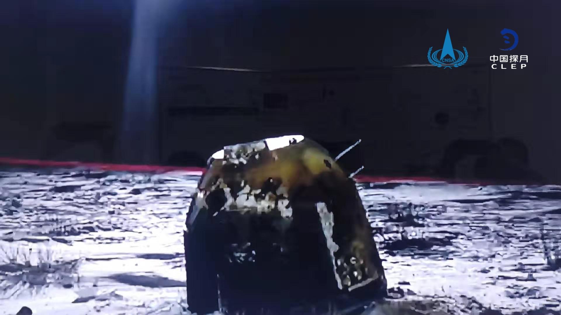 La capsule chinoise de retour d'échantillons Chang'e 5 est vue de retour sur Terre après avoir livré les premiers nouveaux échantillons de roches lunaires en 44 ans. L'atterrissage a eu lieu à 1 h 59 le 17 décembre heure de Beijing dans la banni