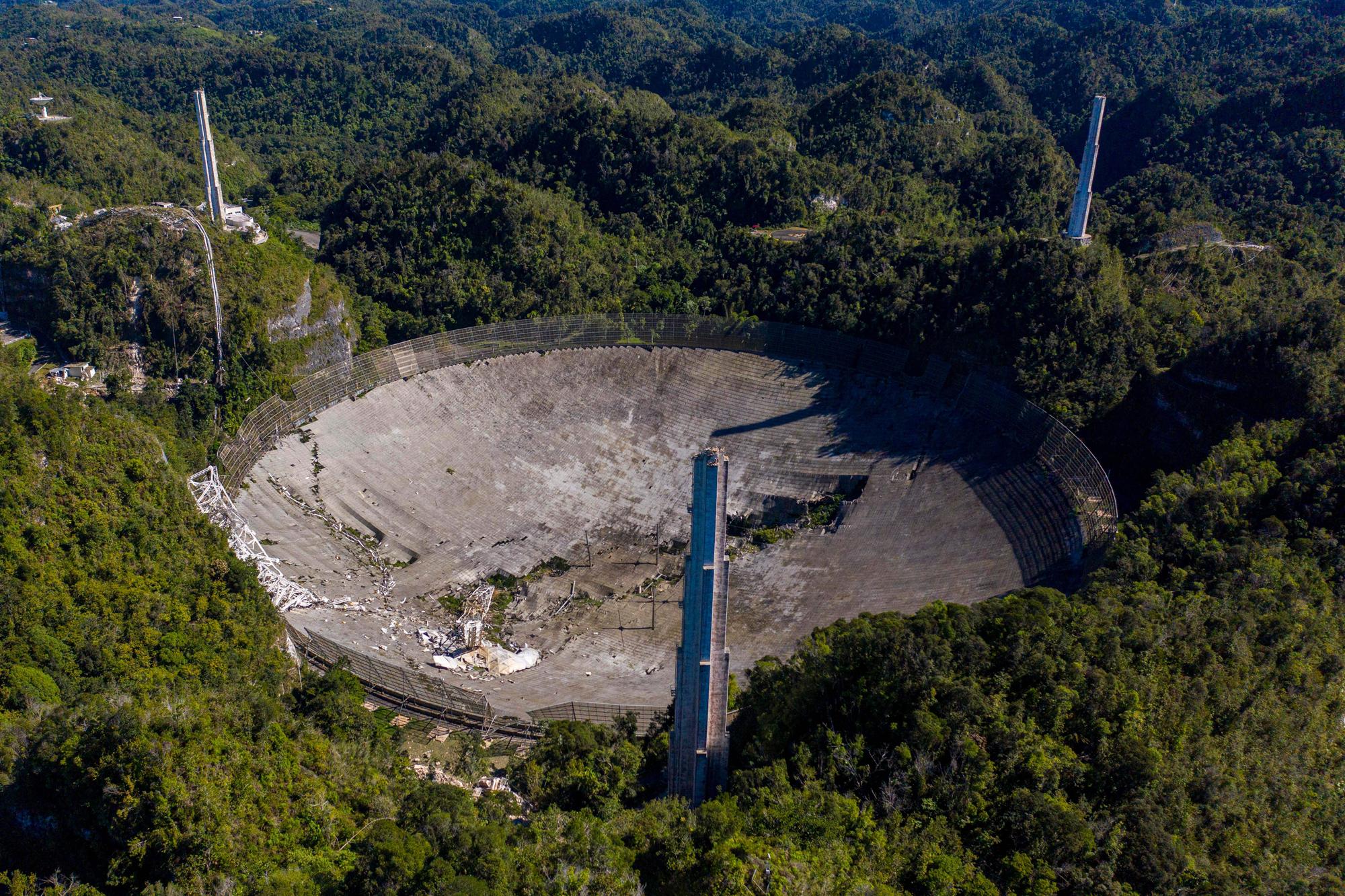 Cette vue aérienne montre les dommages à l'observatoire d'Arecibo après la rupture de l'un des principaux câbles retenant le récepteur à Arecibo, Porto Rico, le 1er décembre 2020.