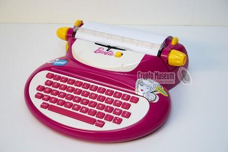 Modèle de la machine à écrire Barbie E-118 vendue par Mattel.