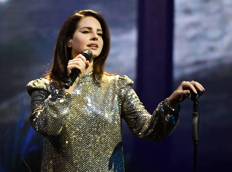 Lana Del Rey, bras cassé