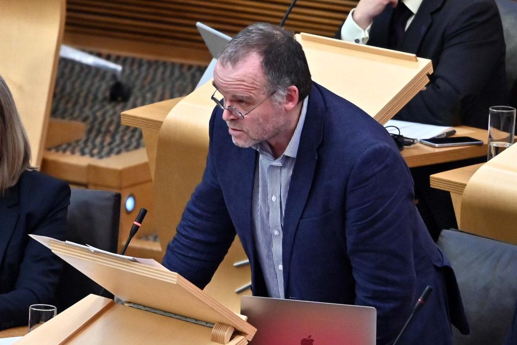 Andy Wightman s'exprimant au Parlement écossais