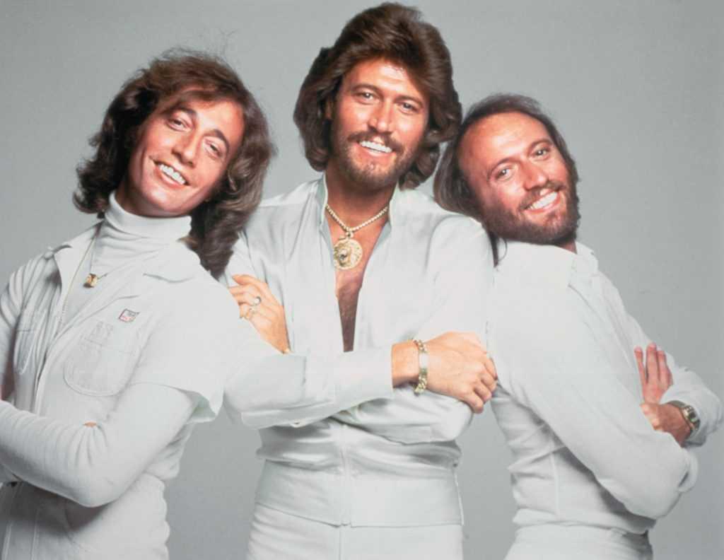 Les Bee Gees en blanc