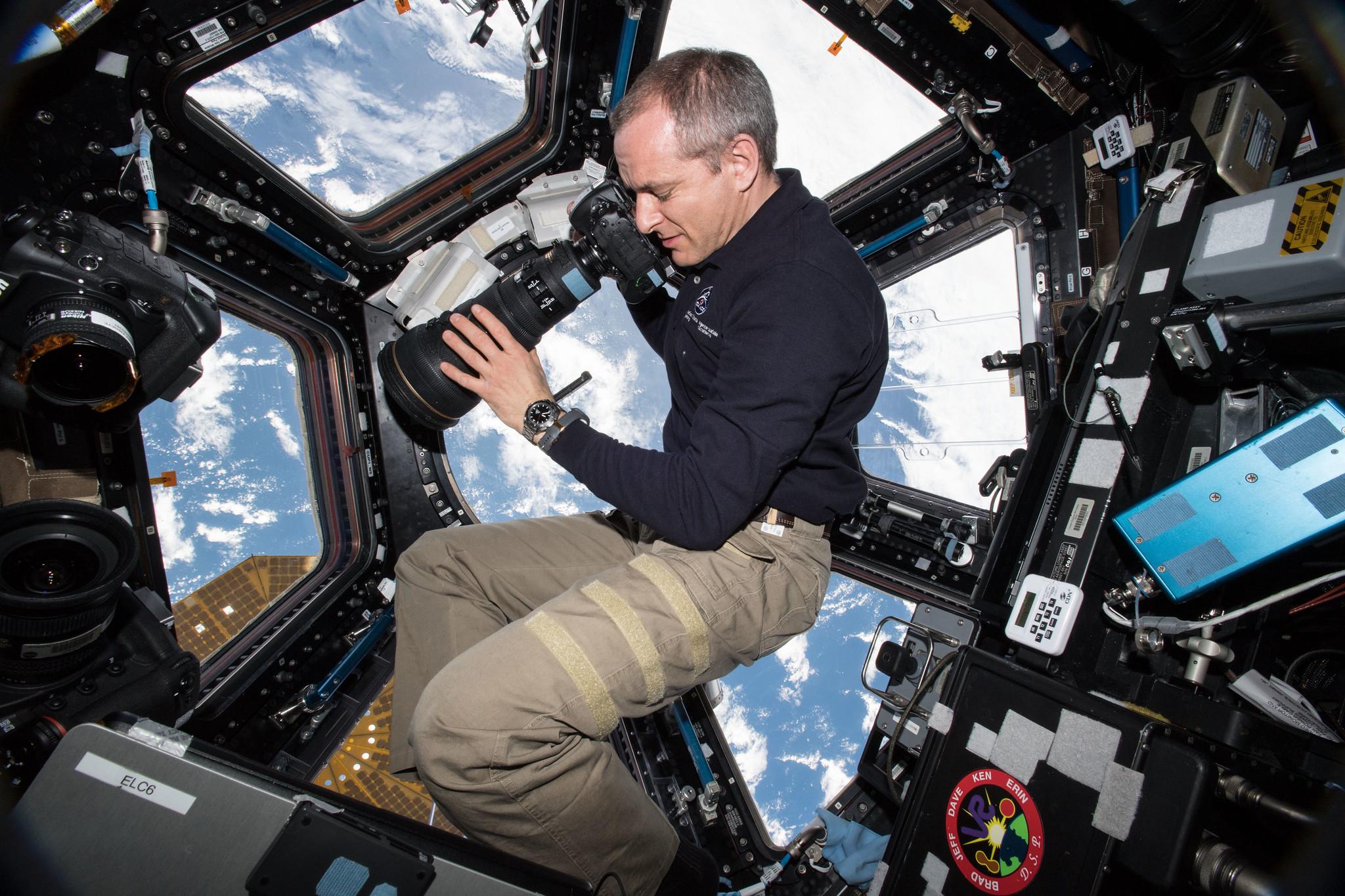 L'astronaute David Saint-Jacques de l'Agence spatiale canadienne prend des photos de la Terre ci-dessous à l'intérieur de l'observatoire Cupola de la Station spatiale internationale, le 15 janvier 2019.