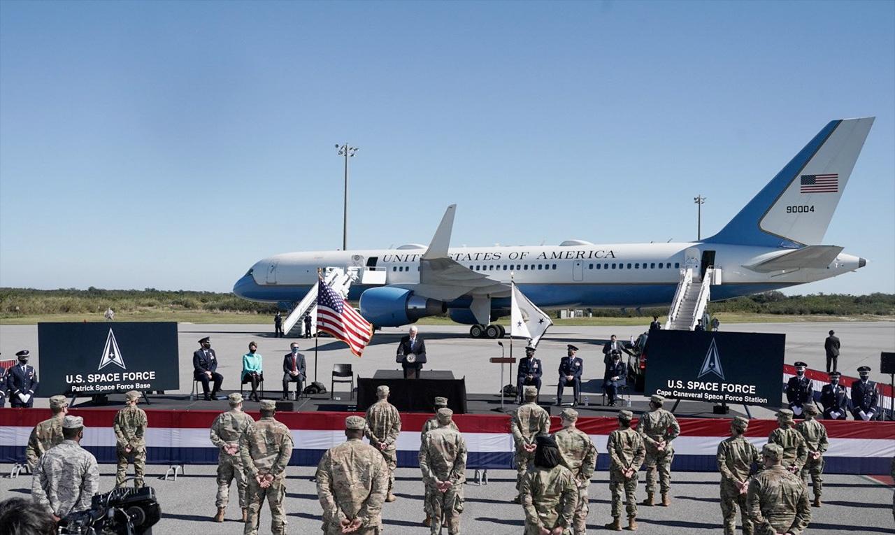 Le vice-président Mike Pence (au centre) s'adresse aux membres de la 45e Escadre spatiale sur la redésignation de la station de la Force spatiale de Cap Canaveral et de la base de la Force spatiale Patrick le mercredi 9 décembre 2020 en Floride.