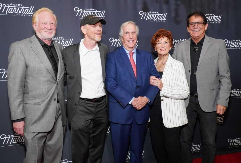 Don Most, Ron Howard, Henry Winkler, Marion Ross et Anson Williams, membres de la distribution de `` Happy Days '', sourient pour une photo