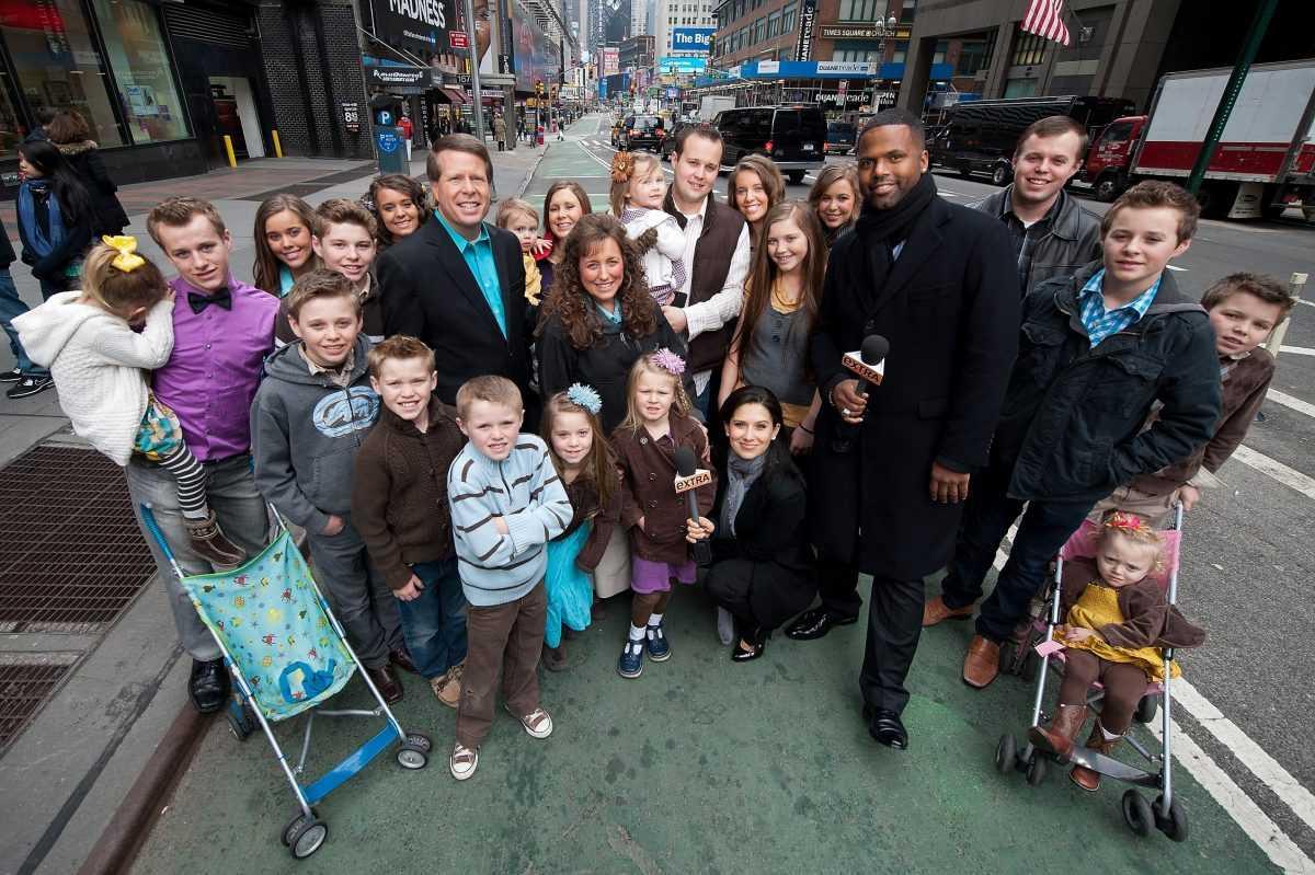 AJ Calloway and Hilaria Baldwin pose with the Duggar family